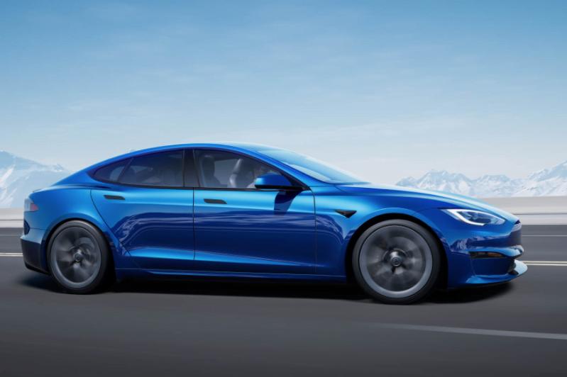 Водители Tesla, использующие автопилот, меньше следят за дорогой, показало исследование Массачусетского технологического института